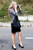 Девушка, со стройными ножками, фотографирует прямо на дорожке!
