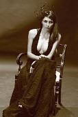 Портрет незнакомой фотомодели, одетой в черное платье с глубоким декольте и в необычной шляпке. CANON 60D + CANON EF 50/1.8